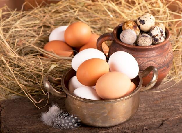 Jajka na starym drewnianym stole
