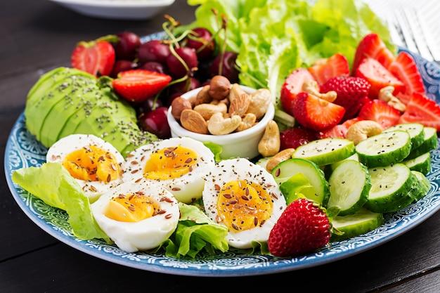 Jajka na twardo, awokado, ogórek, orzechy, wiśnia i truskawki