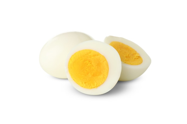Jajka na twardo na białym tle