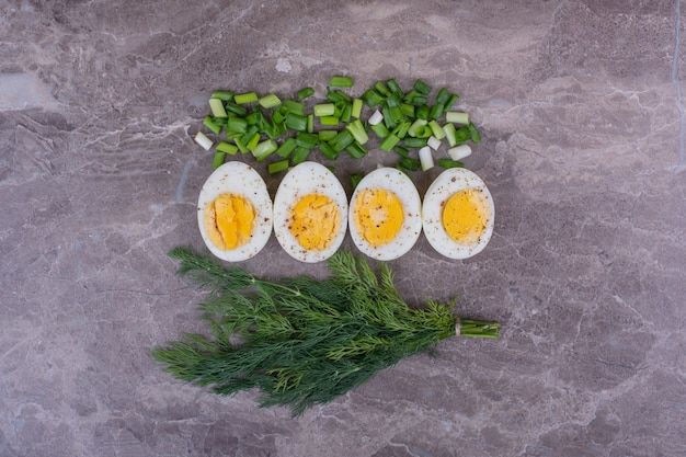 Jajka na twardo z posiekaną cebulą i pęczkiem koperku