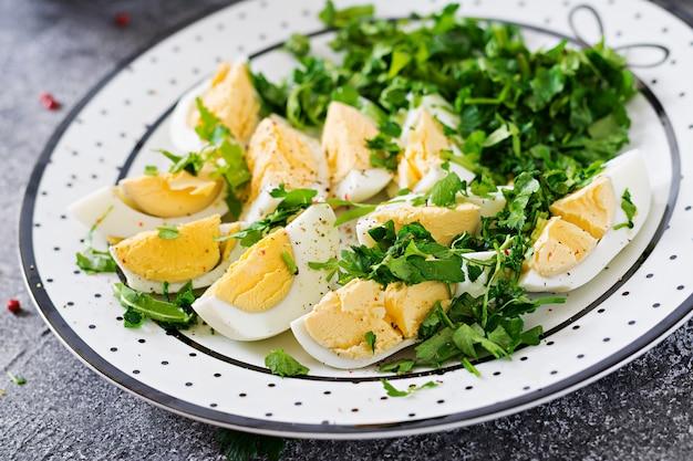 Jajka na twardo z zieleniną. zdrowe jedzenie. letnia sałatka