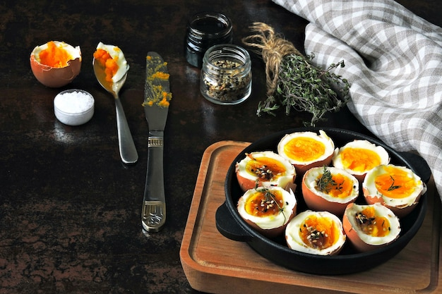 Jajka na twardo z ziołami i sezamem. keto śniadanie lub przekąska. pyszne jajka na miękko.