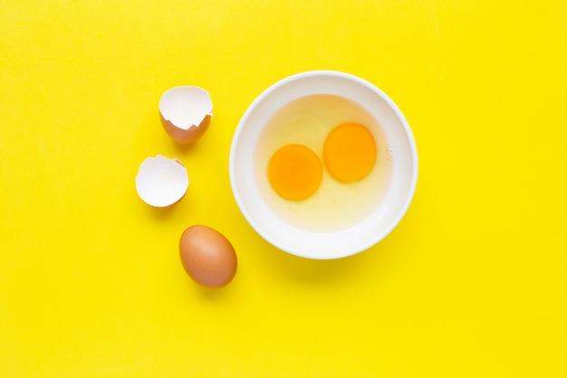 Jajka na żółtym tle.