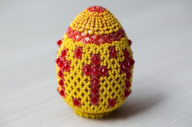 Jajka ozdobione małymi koralikami