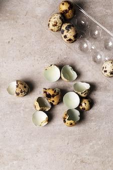 Jajka przepiórcze na rustykalnej powierzchni