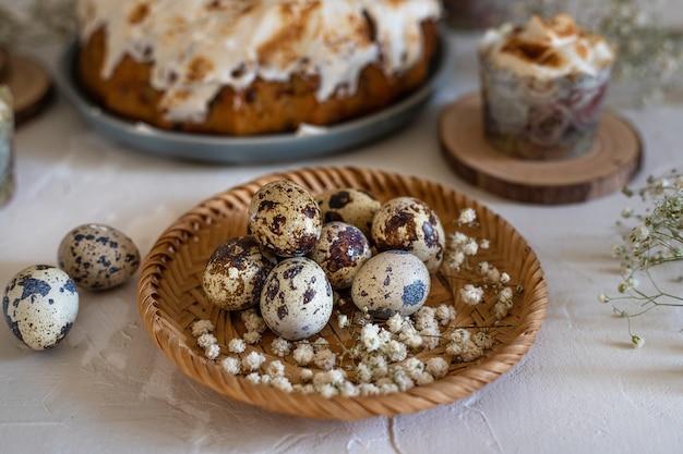 Jajka przepiórcze w wiklinowym talerzu
