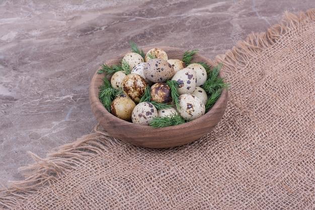 Jajka przepiórcze z mielonymi ziołami w drewnianym kubku