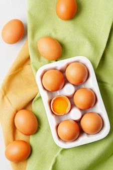 Jajka, ręcznik na jasnym tle