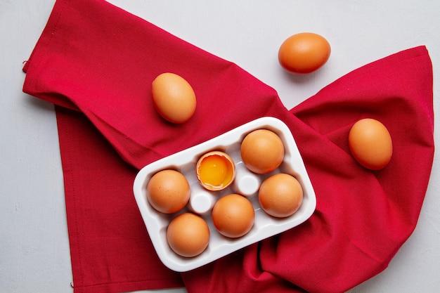 Jajka, ręcznik w stylu rustykalnym na jasnym tle