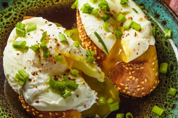 Jajka sadzone na bagietce z zieleniną