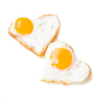 Jajka sadzone w kształcie serca na białym talerzu