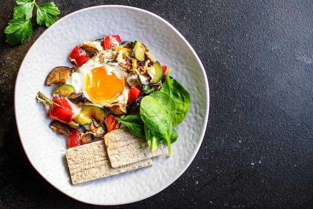 Jajka sadzone warzywa omlet gotowy do spożycia dieta keto lub paleo