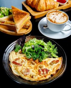 Jajka sadzone z grzybami podawane z zielonymi kanapkami i filiżanką kawy