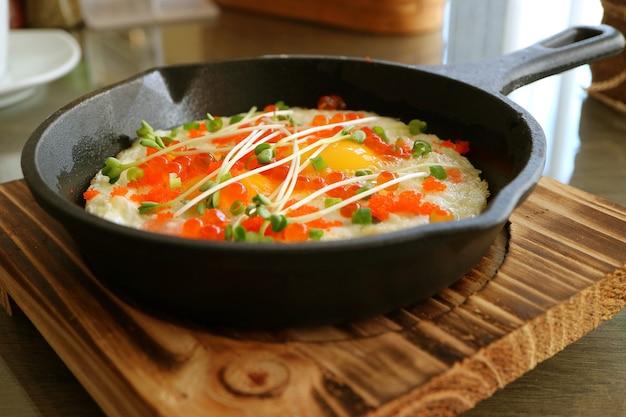 Jajka sadzone z ikrą łososia, ikrą krewetki i mikrogranulką