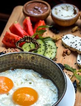 Jajka sadzone z warzywami na desce