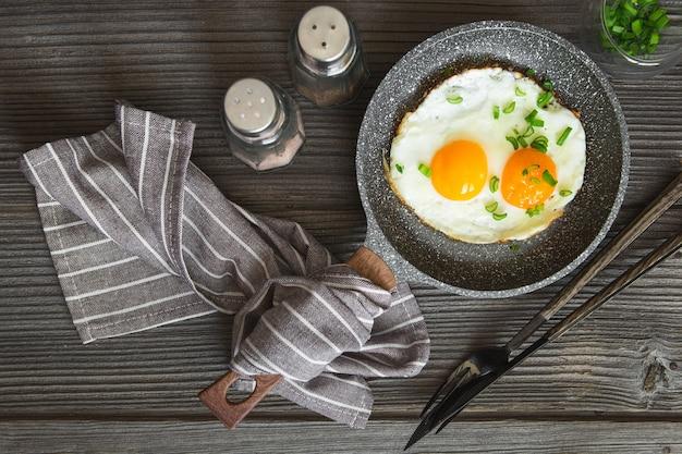 Jajka sadzone z ziołami na małej patelni