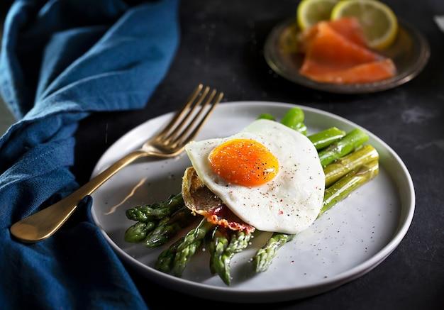 Jajka sadzone ze szparagami, ciemny, nastrojowy styl