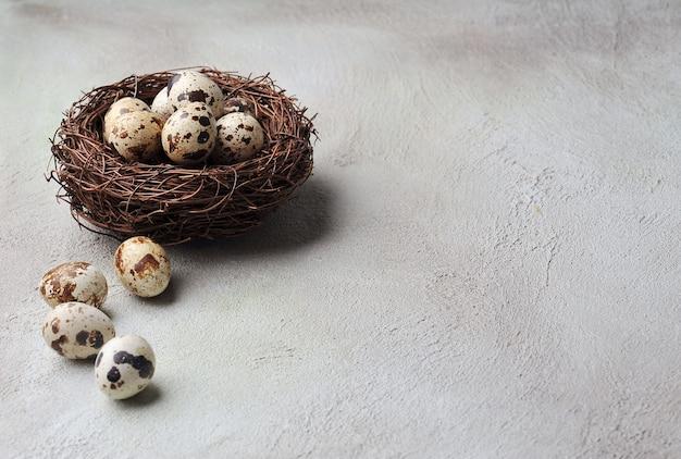 Jajka w gnieździe na beżowym tle. jaja przepiórcze.