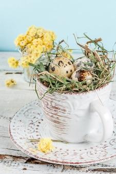 Jajka w gnieździe w starej filiżance kawy