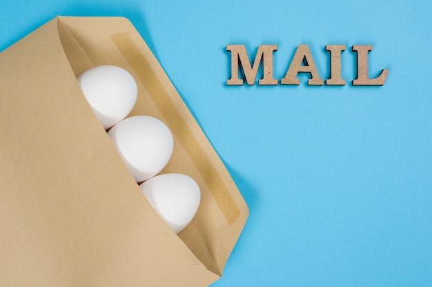Jajka w kopercie i słowo mail