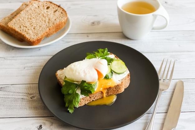 Jajka w koszulce na tosty z ogórkiem i białym sosem