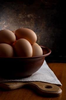 Jajka w misce na drewnianym stole