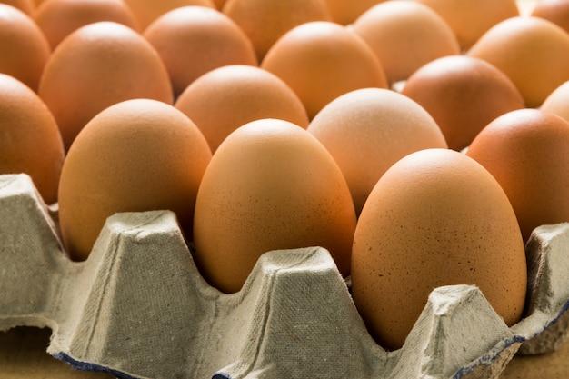 Jajka w paczce na stole