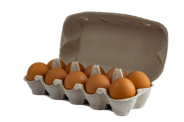 Jajka w papierowej tacy odizolowywającej na bielu