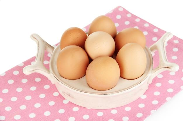 Jajka w talerzu na jajka na białym tle
