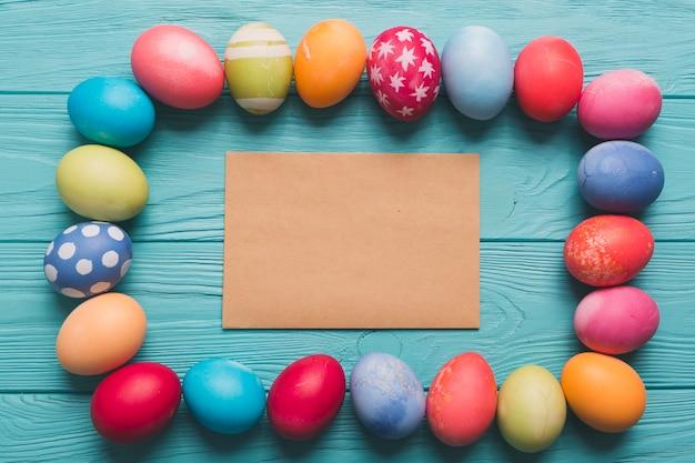 Jajka wokół arkusza papieru