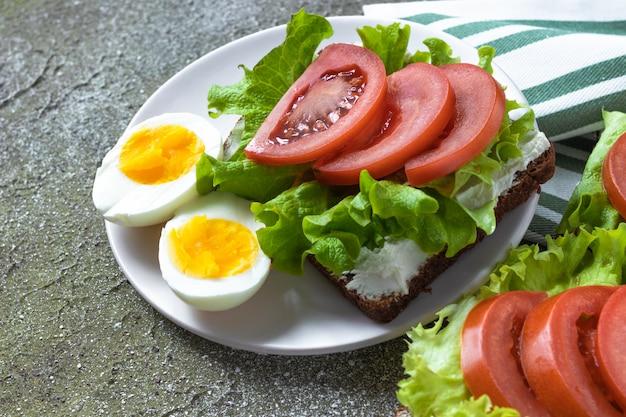 Jajka z kanapką z warzywami na zdrowy obiad