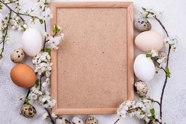 Jajka z kurczaka i przepiórki z gałęzi kwitnących
