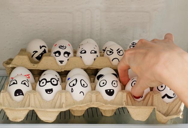 Jajka z malowanymi emocjami w lodówce
