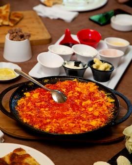 Jajka z pomidorami na stole