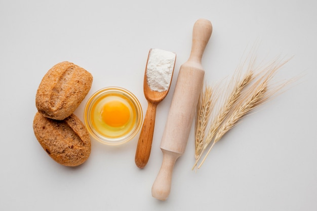 Jajko i wałek do ciasta z drewnianą łyżką