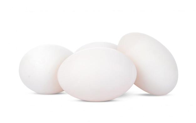 Jajko kaczki na białym tle.