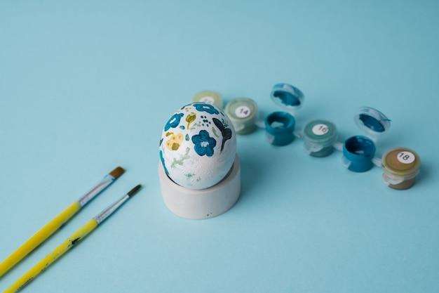 Jajko kurze malowane w kwiatowy wzór. zrób to sam na wielkanoc z dziećmi. dekoracja botaniczna