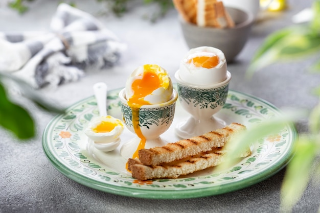 Jajko na miękko w kielichu z grzanką