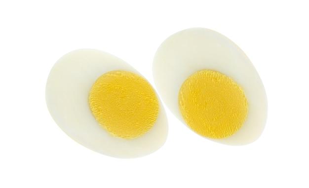 Jajko na twardo na białym tle