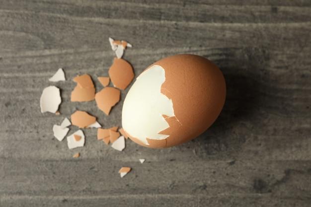 Jajko na twardo na szarym tle, z bliska