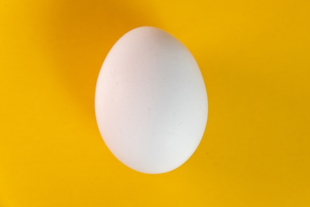 Jajko na żółtym stole