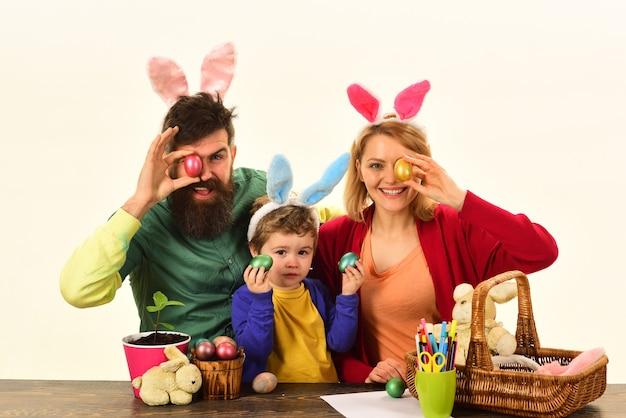 Jajko-niespodzianka zabawki wielkanocna rodzina z kolorowymi pisanki na białym tle
