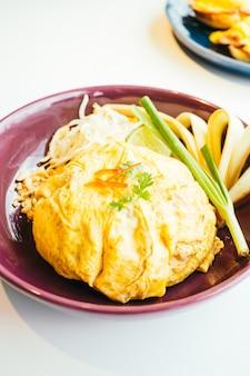 Jajko owinąć tajski makaron