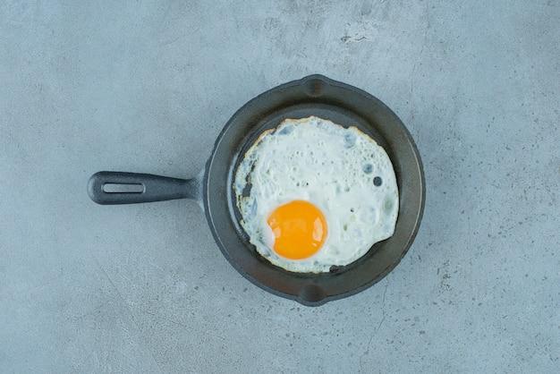Jajko sadzone na patelni na tle marmuru. wysokiej jakości zdjęcie