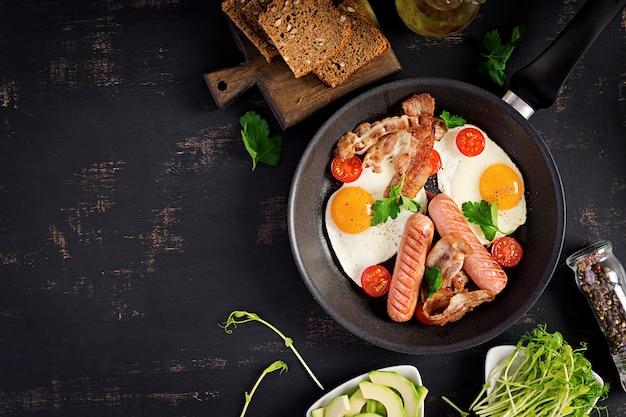 Jajko sadzone, pomidory, kiełbasa i boczek
