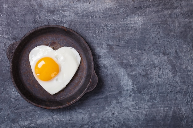 Jajko sadzone w kształcie serca. śniadanie wakacyjne. dzień valentina.