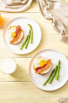 Jajko sadzone z boczkiem i serem na naleśniku