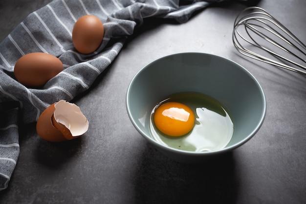 Jajko w misce na cemencie.