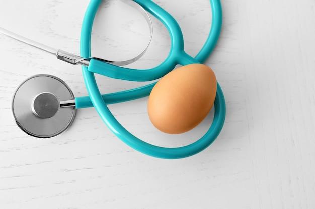 Jajko ze stetoskopem na stole. pojęcie odżywiania