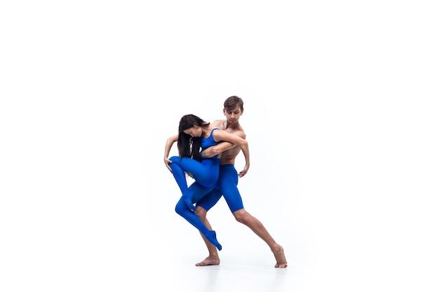 Jak dziecko para współczesnych tancerzy sztuka contemp taniec niebiesko-biała kombinacja